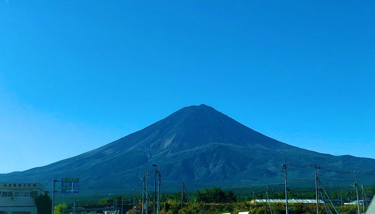 台風一過の最高の富士山を見て欲しい。高速も電車も不通だから今は地元と一部観光客しか見れない。こんなに綺麗に見れるのは滅多に無い🗻🗻🗻