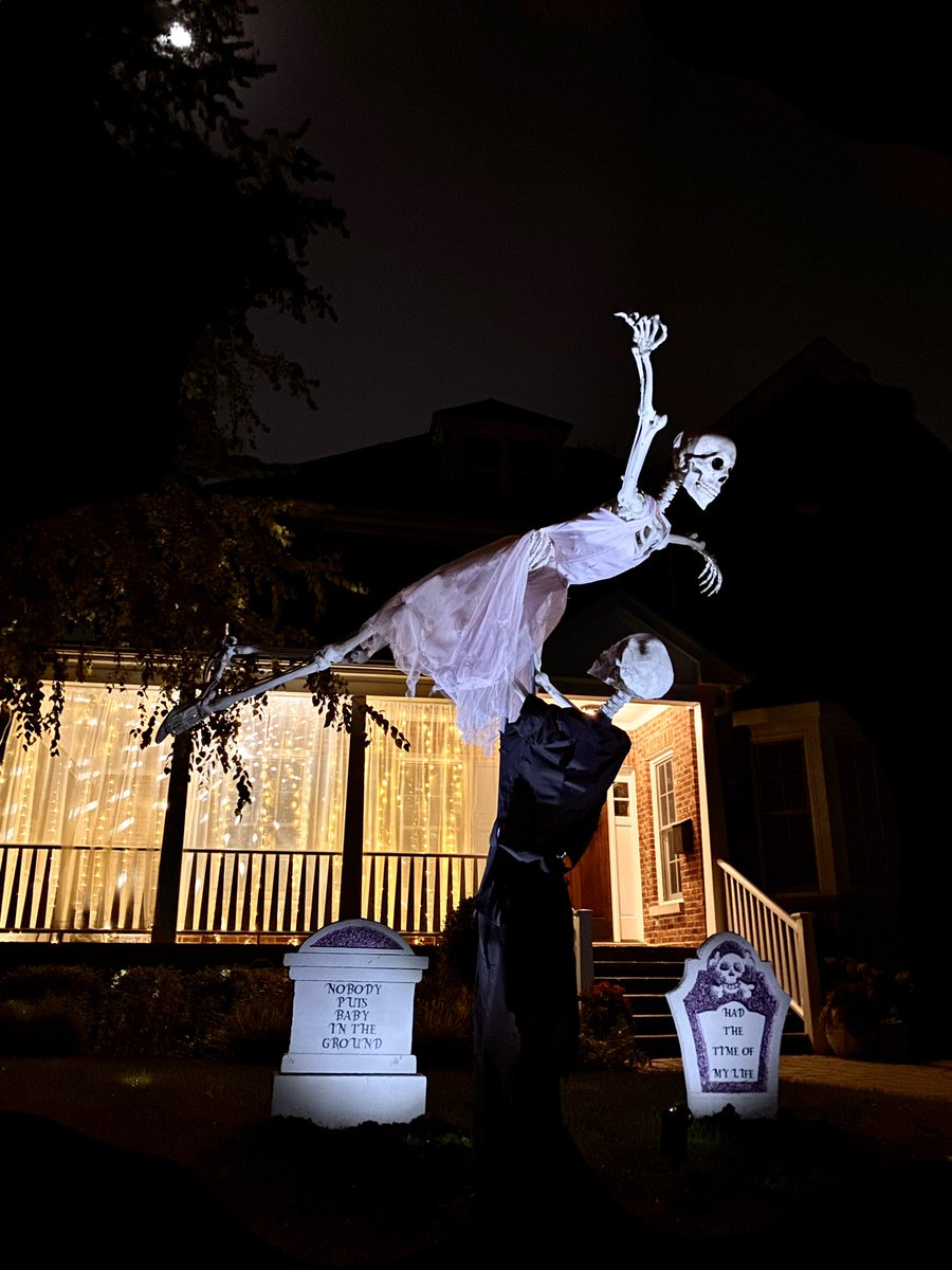 You'll Have the Time of Your Life Looking at This Dirty Dancing Halloween Lawn Decor