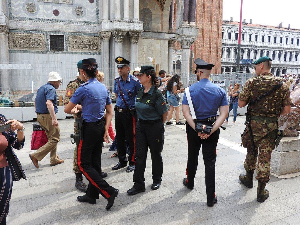 Venditore abusivo si scaglia contro i carabinieri ...