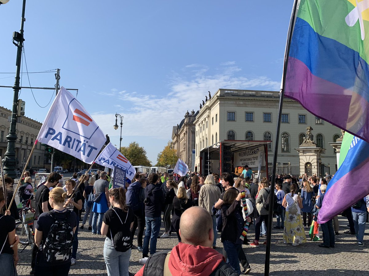 People are gathering in #Berlin to demonstrate against racism and anti-Semitism after a right-wing extremist gunman targeted a synagogue and a kebab shop in the eastern German city of #Halle. #KeinFussbreit #unteilbar <br>http://pic.twitter.com/Y6RTyW8egr