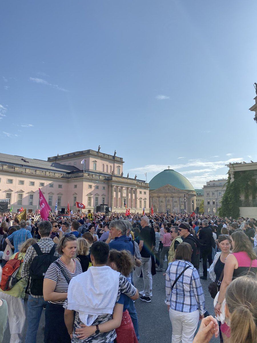 Thousands in #Berlin protesting against #antisemitism and racism. #unteilbar <br>http://pic.twitter.com/7ezNdfashk