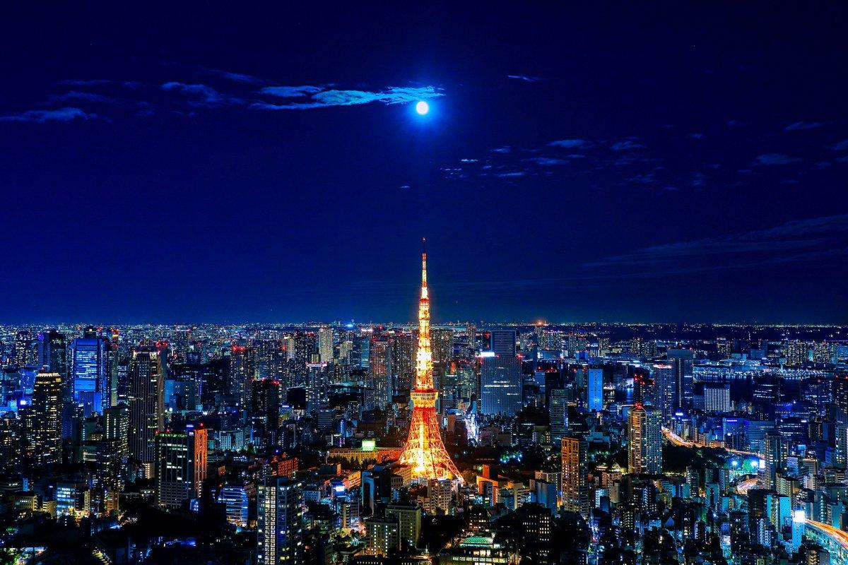 六本木ヒルズに行ったら満月が東京タワーの真上にいるところを撮れました。
