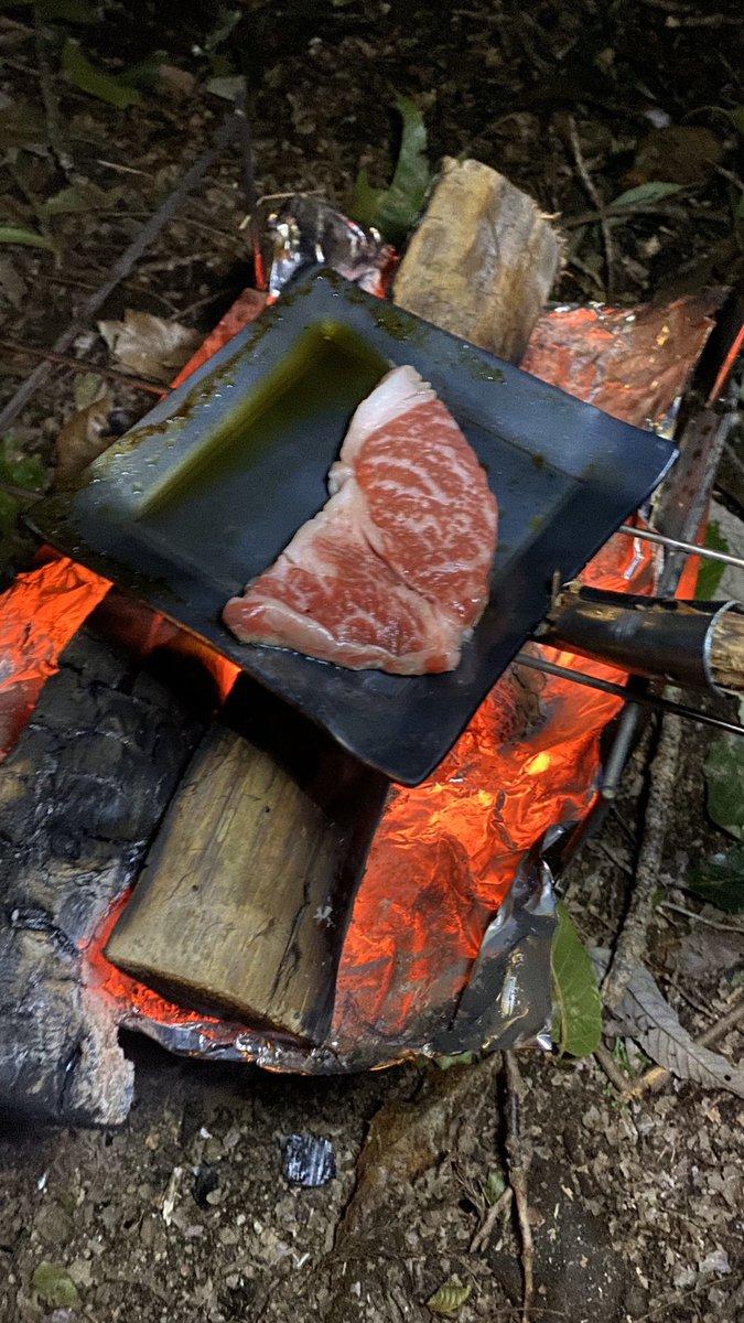 ひとり晩餐会なう、メスティンでご飯上手く炊けたーw ステーキは半額で980円だったよ、 アヒージョも旨い😋 #ソロキャンプ実行中 #ソロ飯