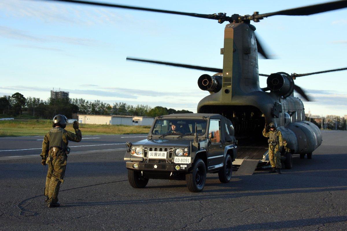 10月13日、#台風19号 に係る災害対応の拡充のため、#陸上総隊 司令官を指揮官とした #統合任務部隊(#JTF)が編成されました。#第1ヘリコプター団 は、統合任務部隊が編成されたことにより、JTFのLO(連絡幹部・リエゾンオフィサー)を #朝霞駐屯地 から #霞目駐屯地 へ空輸しました。