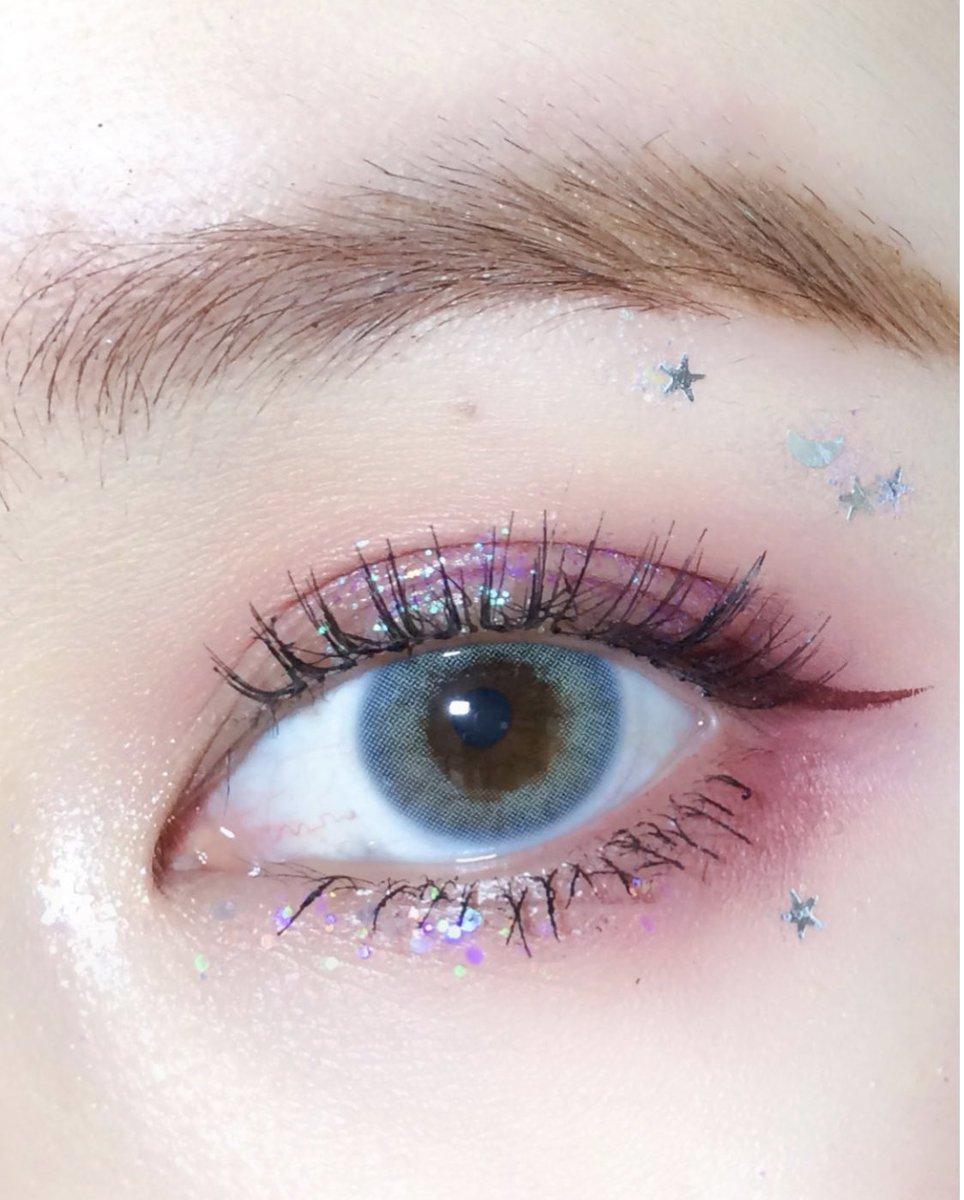 大粒ザクザク超え🇨🇳!!??今期の中国でのトレンドのラメは、星や月の形が..一見派手すぎなラメのようだけど、大きすぎないクリアなラメだから、自然にキュートに溶け込みます✨ピンクやパープルのアイシャドウにぴったり❤️#紅美女 #中国メイク