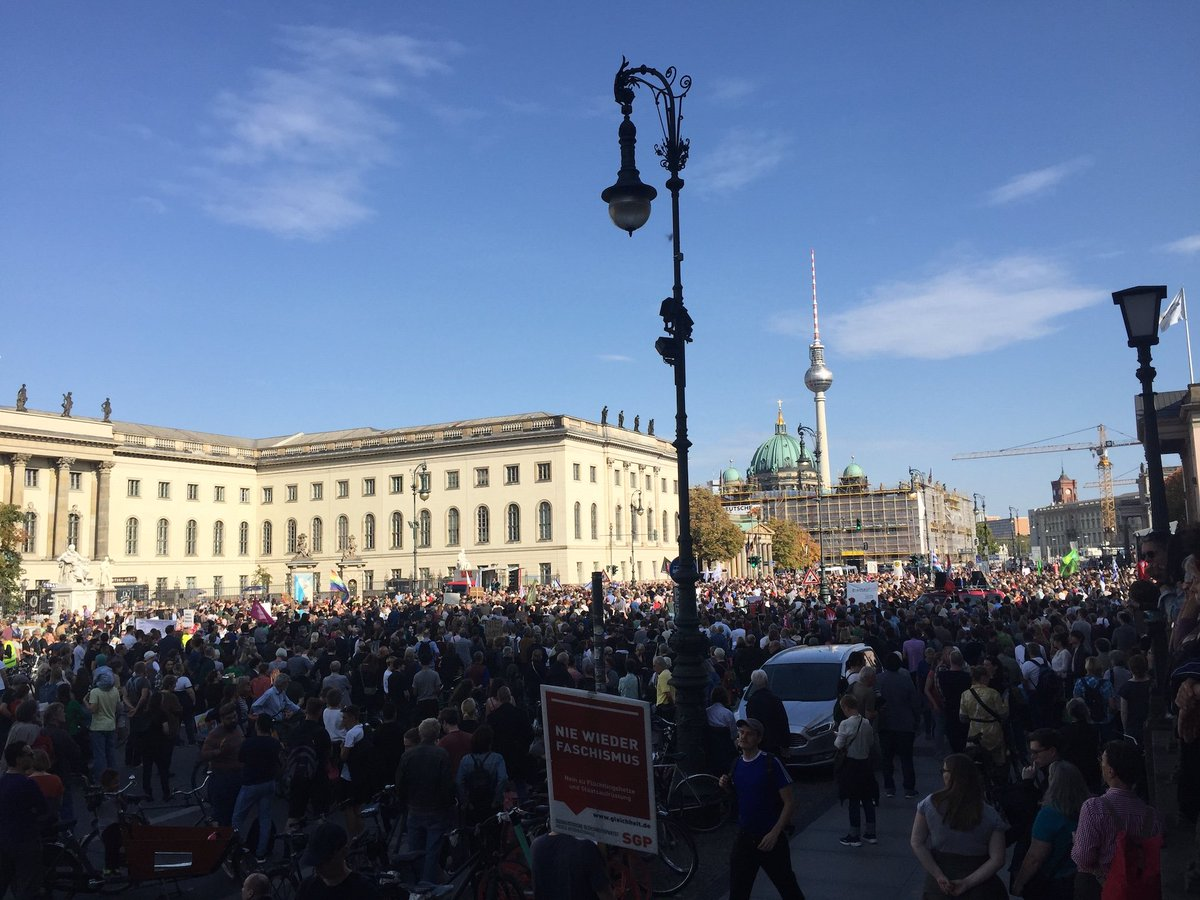 Thousands protesting today in the historic centre of #Berlin against antisemitism and racism after the terrorist attack on a synagogue in Halle. Demonstrators observed a minute's silence for the two murdered victims.  #unteilbar #b1310<br>http://pic.twitter.com/JhWoMxiABm