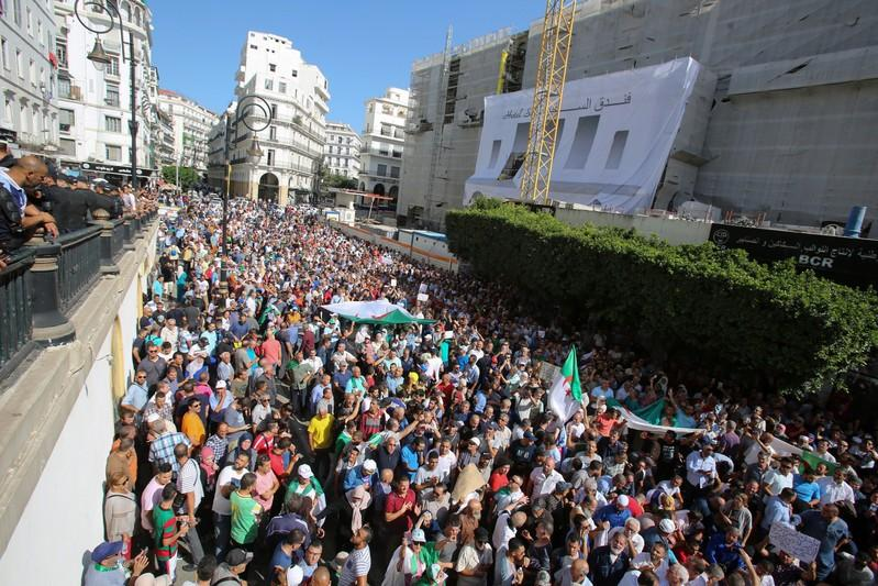 Hundreds of Algerians protest against proposed energy law  https://www. reuters.com/article/us-alg eria-protests-idUSKBN1WS0KP?utm_campaign=trueAnthem%3A+Trending+Content&utm_content=5da359795153830001408778&utm_medium=trueAnthem&utm_source=twitter  … <br>http://pic.twitter.com/B8WiOosMEJ
