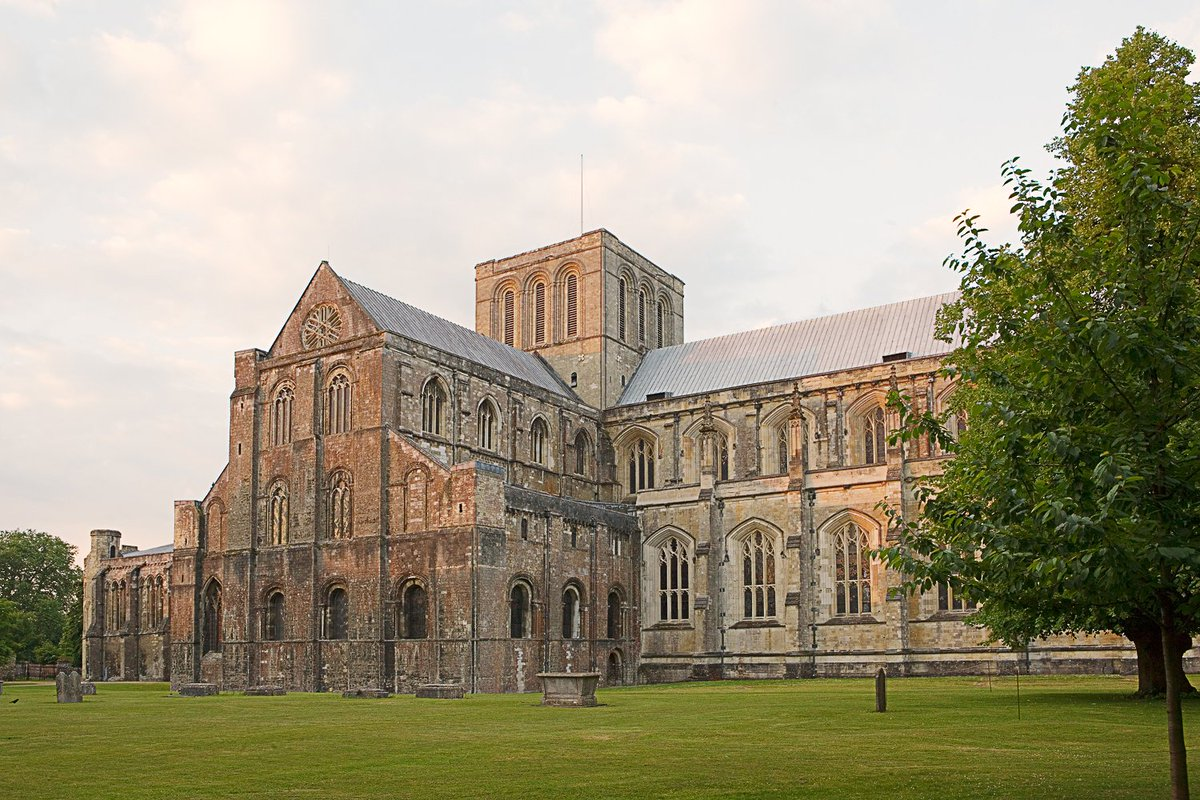 There are #Rifles and then there's Sharpe's Rifles. Guess which @joannamaitland found in #Winchester cathedral? Plus #JaneAusten and more  #history #amwriting #romance #TuesNews @RNAtweets  https://libertabooks.com/history/winchester-jane-austen-rifles-rain/…