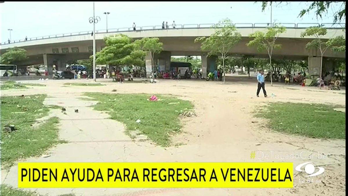 Cerca de 40 familias venezolanas de una comunidad indígena siguen viviendo, en precarias condiciones, bajo un puente en Barranquilla http://noticiascaracol.com