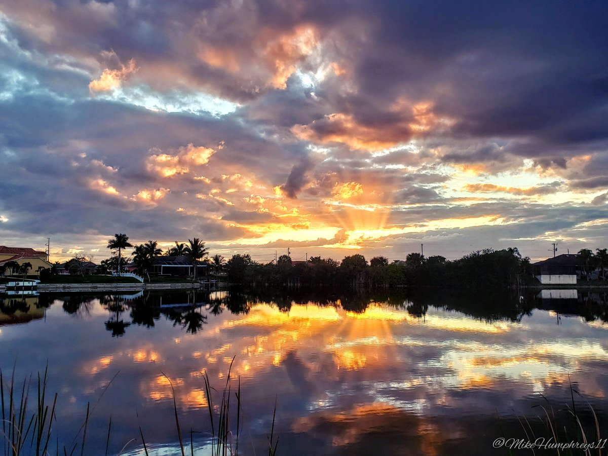 Sunrise this Sunday morning in Cape Coral, FL. #SWFL #StormHour @FloridianCreat1 @ThePhotoHour<br>http://pic.twitter.com/mpZ2LS3Pxx