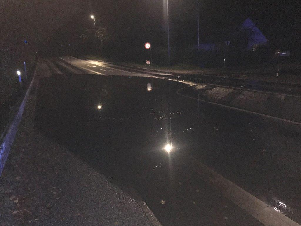 Der står fortsat vand på vejene flere steder i kredsen og det har givet flere færdselsuheld. Skal du ud at køre bil i nat, så vær opmærksom herpå og kør efter forholdene. Vagtchefen. #politidk https://t.co/eHHTei6fHX