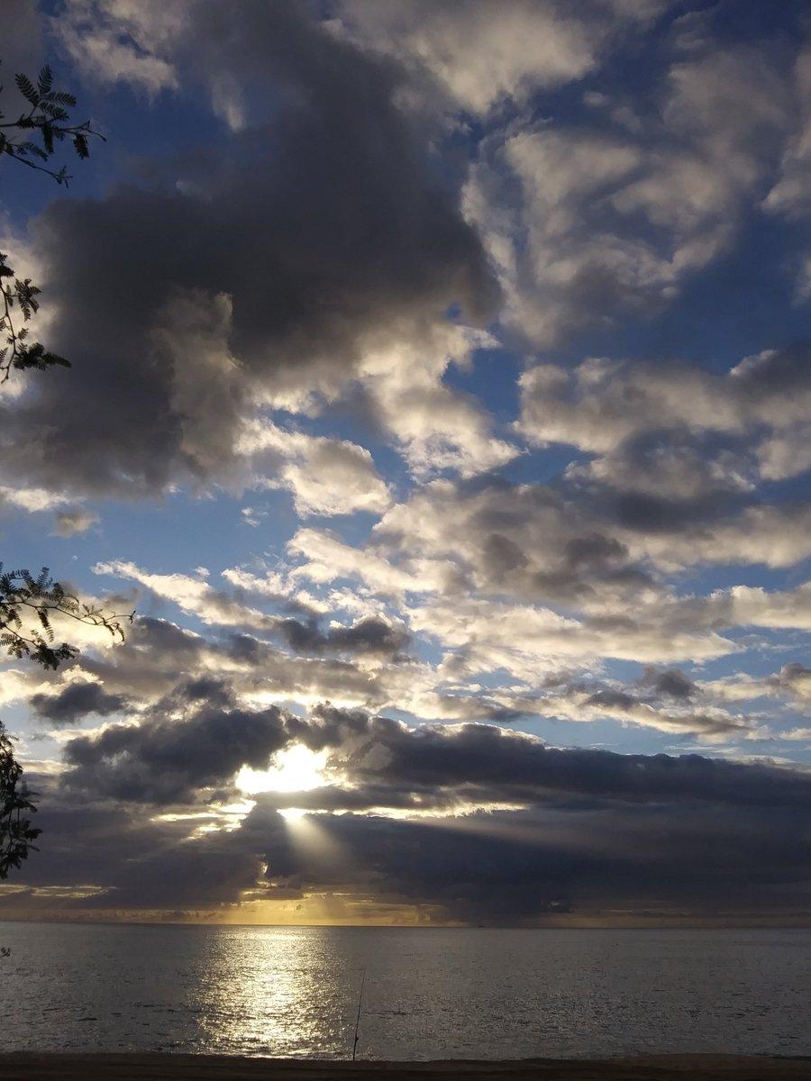 No words. Just beauty. Oahu, Hawaii.~LWB photo #StormHour <br>http://pic.twitter.com/TNdUp85CJY