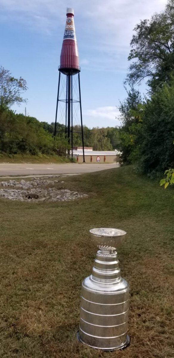 Wow, that is one big Catsup bottle..in fact the worlds biggest. Pretty cool, but check out that Silver Chalice in front of it. #stanleycup @nhl @StLouisBlues @HockeyHallFame