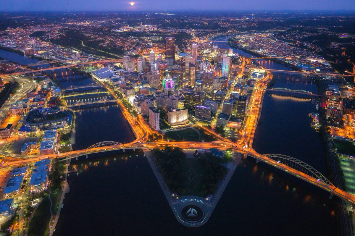 As promised: the full moon rises behind #Pittsburgh tonight as the city is lit up in support of Breast Cancer Awareness Month. I really don't even know where to start with these images, as this was one of my all time favorite shoots. The city was just glowing & it was incredible.<br>http://pic.twitter.com/YFc2bgwHBa