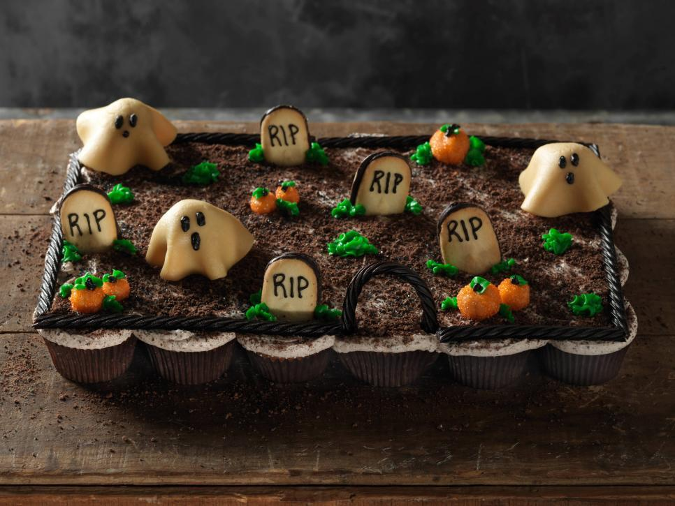Halloween cupcakes are a quick and easy way to feed a crowd at your fright night bash:  https:// foodtv.com/2OJu3Nn    !  Tune in to Haunted #GingerbreadShowdown @ 10|9c for more spooktacular seasonal creations! <br>http://pic.twitter.com/tUwCAXR0Ma