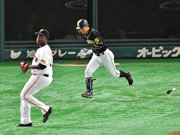 """憧れの阪神・鳥谷から突然グラブ届く…譲り受けたのは中日・京田 志を継いで追う""""名手の背中""""(中日スポーツ)- Yahoo!ニュース 練習では鳥谷から譲り受けたグラブを使用している。最終戦が行われた9月末。関係者を通じて、グラブが届けられた。"""