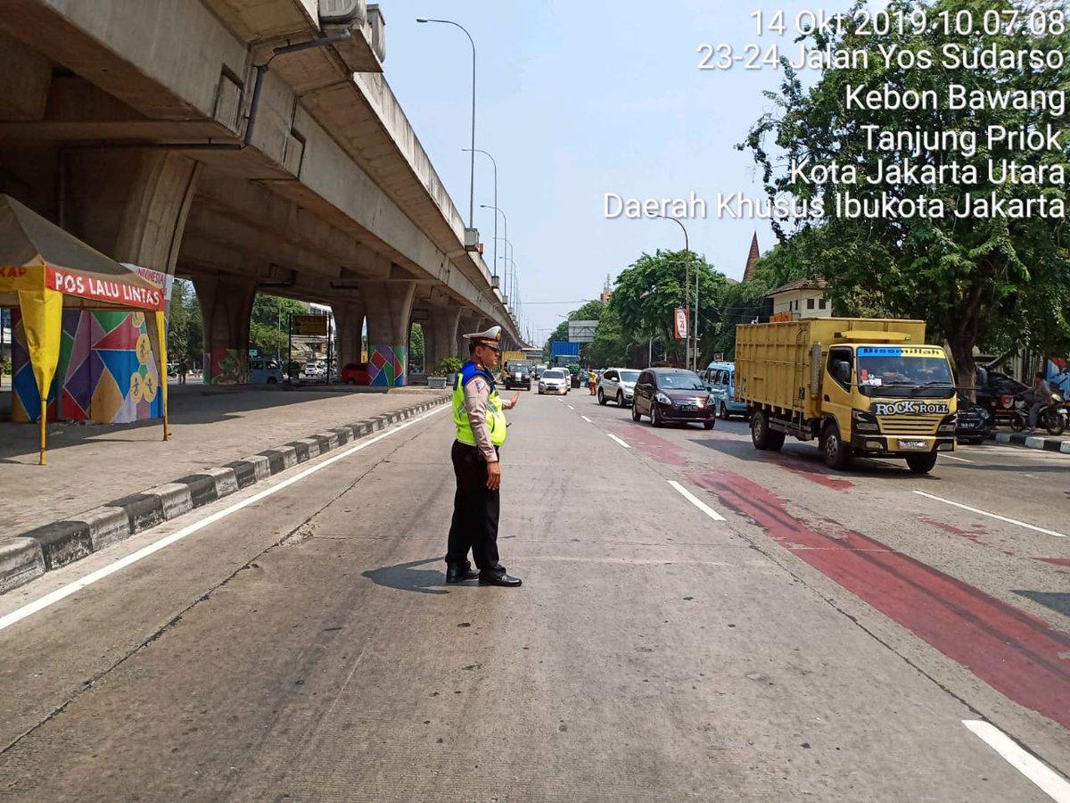 10.14 Situasi lalu lintas depan Polres JakUt mengarah Pelumpang terpantau ramai cenderung padat.