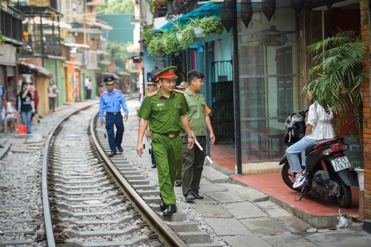 EGzvTVUVAAAH39f - Those train streets!