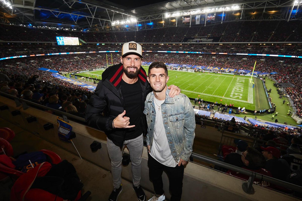 Nice time last night watching some NFL over here in London! 🏈🇺🇸 @_OlivierGiroud_ @NFLUK @Nike