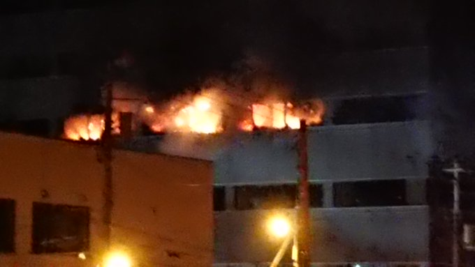 ドーコンビルの爆発火災の現場の画像