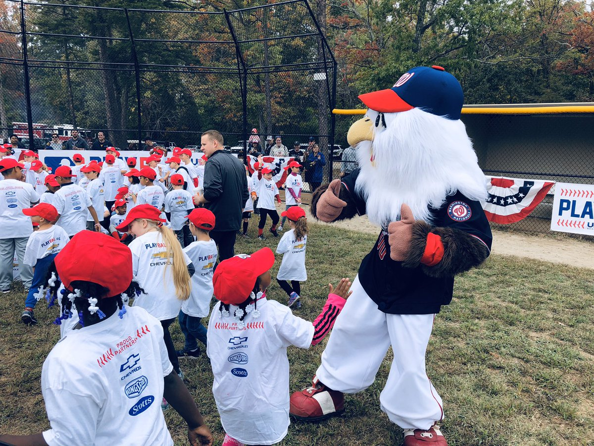 Screech is getting sprits high(er)! Hundreds of military kids taking part in this morning's MLB play ball event at Fort Belvoir Military base. Lots of fans here with big hopes for tonight's game! @wusa9  #getupdc  #FINISHTHEFIGHT  #STAYINTHEFIGHT  #allNats  #WorldSeries