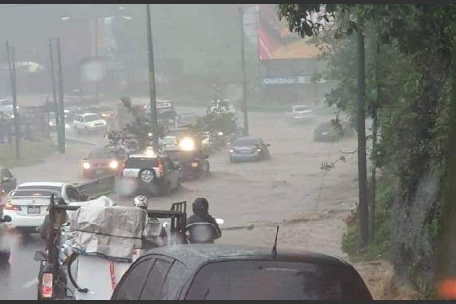 ¡Precaución! Fuertes lluvias inundan la Calzada RooseveltEl paso por el sector está detenido, toma tus precauciones o busca vías alternas. Así se encuentra el panorama: http://bit.ly/348LADl
