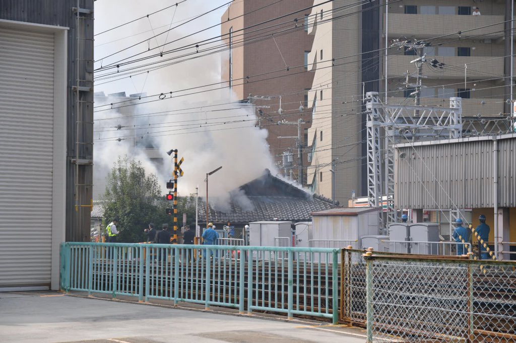 正雀駅付近の民家で火事が起きている現場の画像