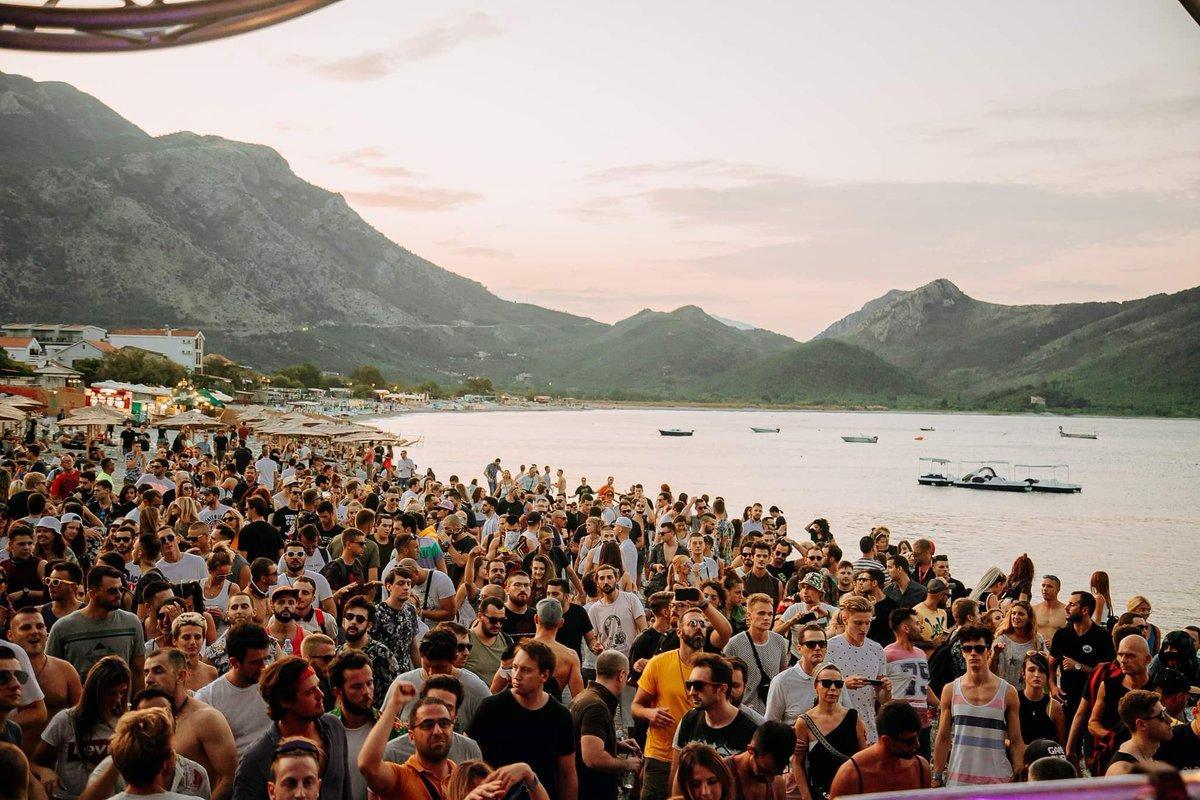 Morning colors and happy people... 🌞  Kada bi sa dvije riječi opisao/la svitanje na Sea Dance-u, to bi bile? 🤔💞  #SeaDanceFestival #SeaDance #Montenegro #festivalpeople #festivalvibes #happiness #goodvibes #vibes #musicfestival #summerfestival #music #dance #dancing #freedom https://t.co/e8yMLCJKSA