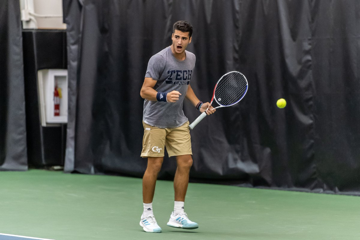 Pablo Schelcher moves on to the back draw semifinal with a 6-3, 7-6(5) win over William Grattan Smith (UM)!! #FightJackets 🐝👊