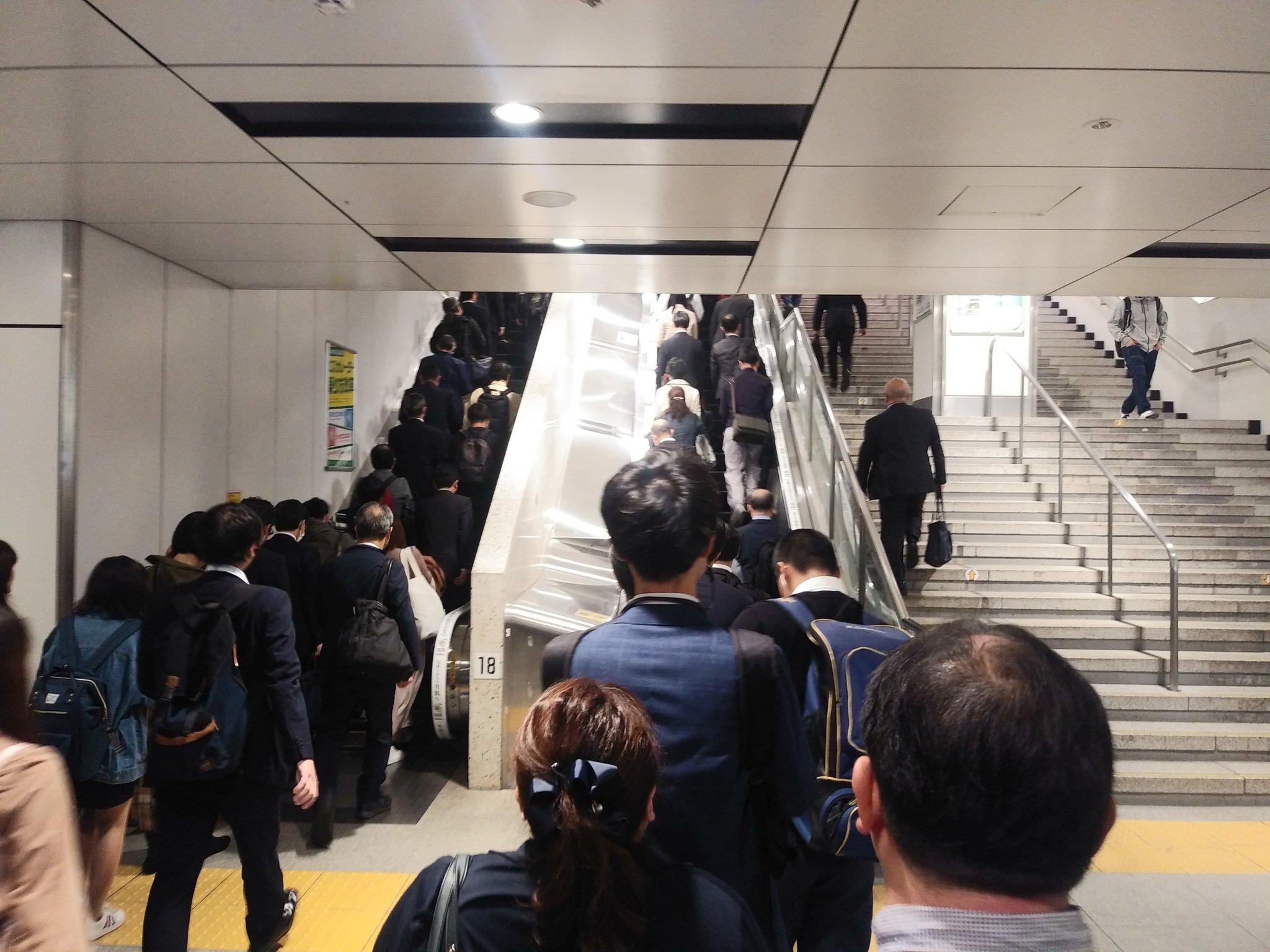 通勤ラッシュの横須賀線が混雑している現場の画像