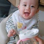 やったぁ!ジュースだ!・・・え、麦茶なの?赤ちゃんの表情の変わりようがすごい!