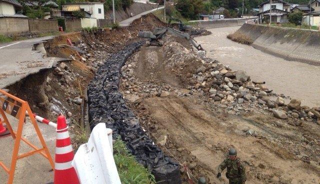 🐇陸上自衛隊 東部方面隊@JGSDF_EA_PR~災害派遣情報~【#笑顔と郷を取り戻すために JTF】第1施設団 第306施設隊は、長野県 #佐久穂町 (抜井川)において応急的な護岸工事を実施しています。写真は作業前からの進捗状況です。
