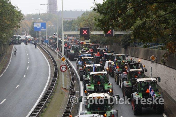RT @DTpersfoto: Utrechtsebaan stad in duurt iets langer nu,  nog steeds ontelbare trekkers onderweg naar malieveld https://t.co/ZyJtCz0Cl4