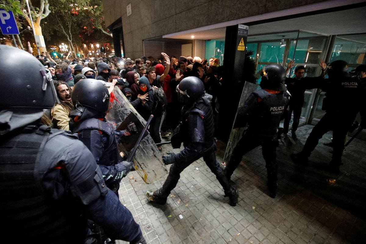 Clashes in Barcelona over jailed Catalan leaders https://reut.rs/2VNnyuH