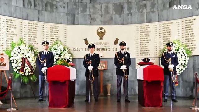 Folla ai funerali degli agenti uccisi a Trieste: i...