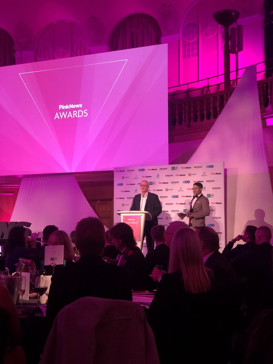 """At the @PinkNews awards, @jeremycorbyn introduces himself by saying: """"My name is Jeremy Corbyn, and my pronouns are he/him."""" 🌈🏳️🌈"""