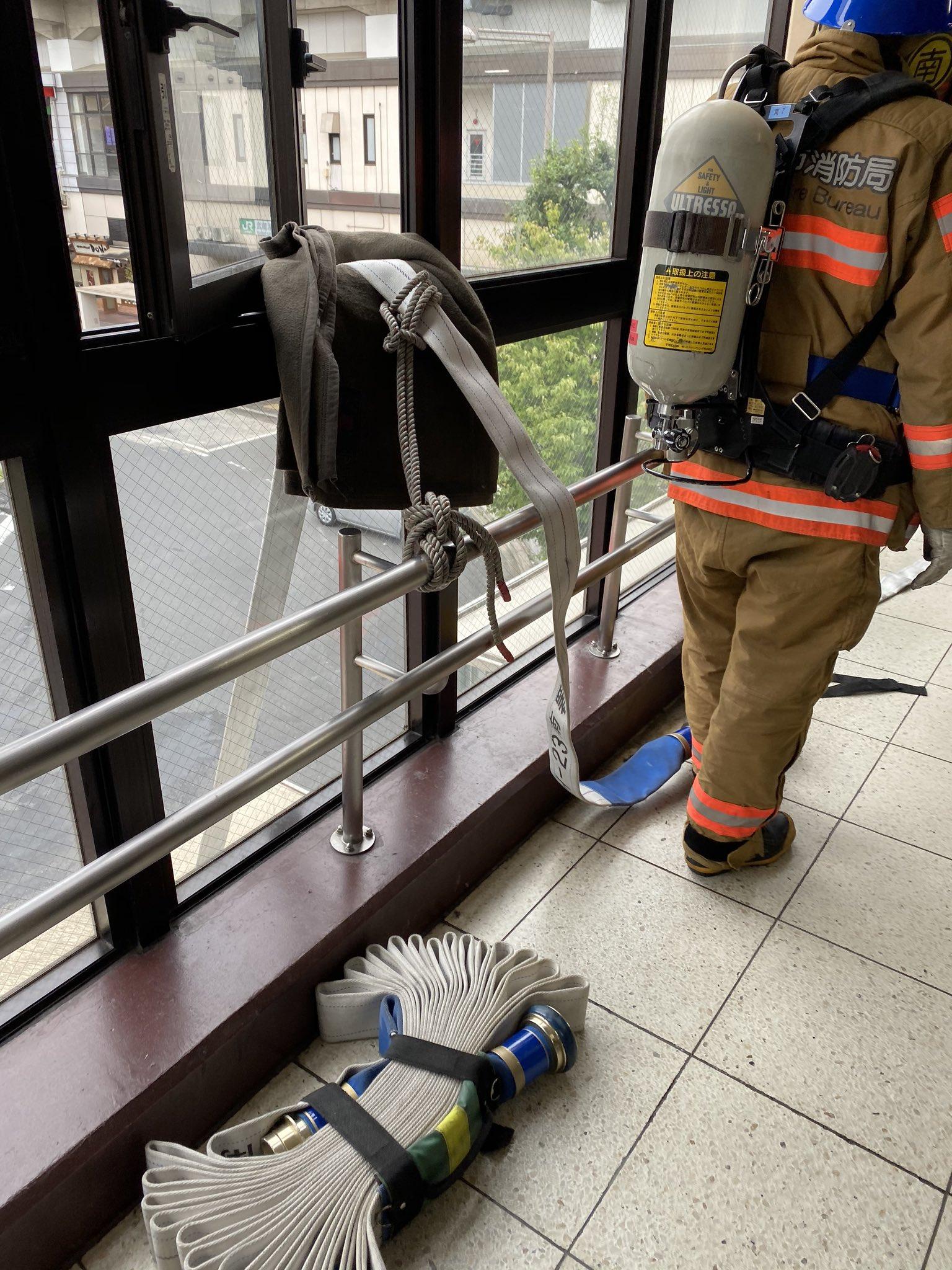 武蔵浦和駅の成城石井ビーンズに消防隊が集まっている現場画像