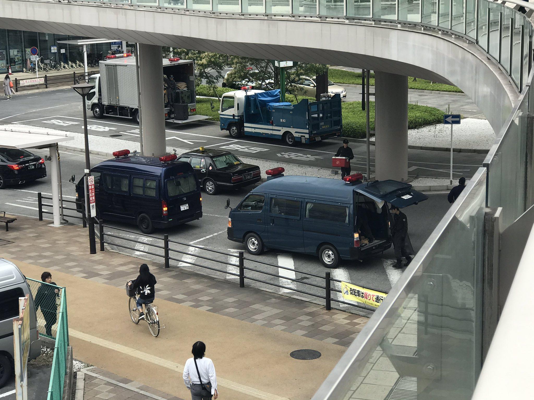 武蔵浦和駅の不審物騒ぎで爆発物処理班が到着している現場の画像