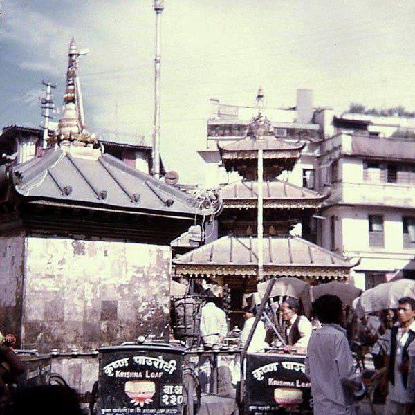 कृष्ण पाउरोटीको ट्राइसाइकल असनमा पार्क गरिँदै । मानिसहरु बिहानीपख घुमिरहने व्यापारीबाट पाउरोटी किन्दथे । फोटोः सन् १९७६ ।