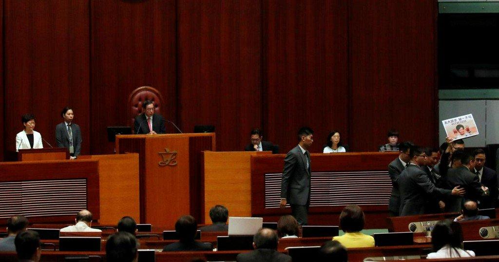 Hong Kong legislative session adjourned amid protests and heckling https://www.reuters.com/article/us-hongkong-protests-lam-idUSKBN1WW08G?utm_campaign=trueAnthem%3A+Trending+Content&utm_content=5da7f209515383000140ca2d&utm_medium=trueAnthem&utm_source=twitter…