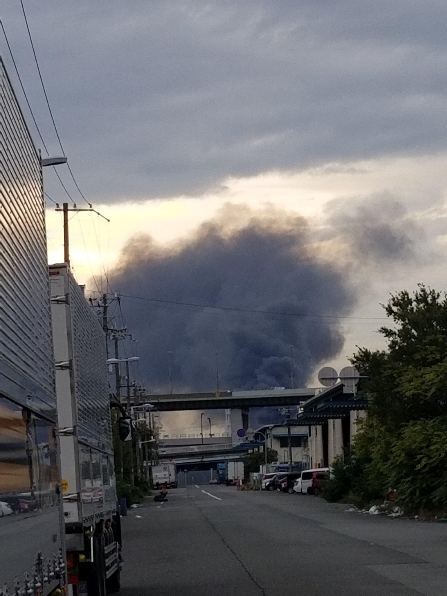 大阪市住之江区南港南で大量の黒煙上げる火事が起きている現場の画像
