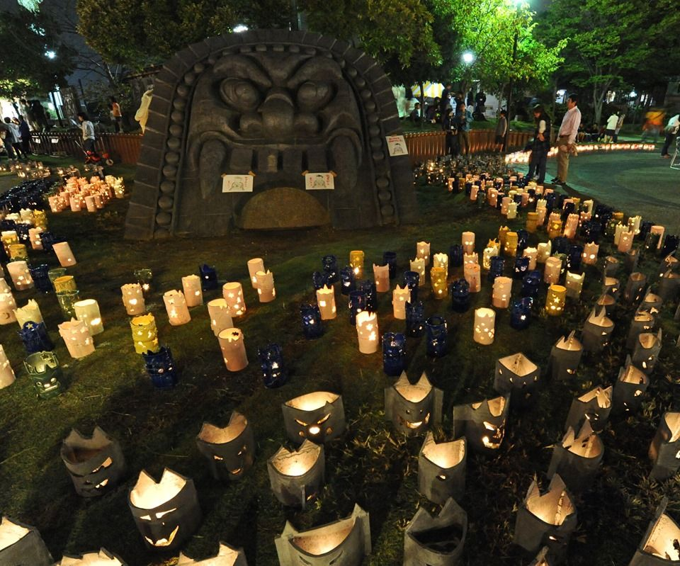 The Festival of the Demon Roof Tiles Road shines with lanterns on October 19. 👹❤️ The famous #TakahamaCity's demon roof tiles are believed to drive off evil spirits. In the evening, see the city lit with around 2,000 small lanterns! 🌛🕯️ #AichiNow https://t.co/MeDbKBqxw7 https://t.co/OrOYV6zkBm