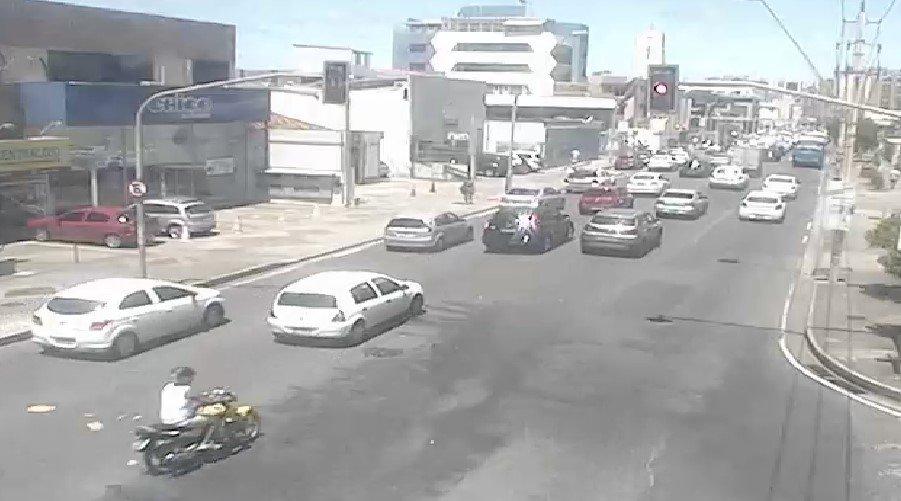 #Fluxo de veículos deixa tráfego #Intenso no inicio da Av. Manoel Dias da Silva, Pituba. https://t.co/ke23btAdoS