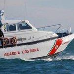 Image for the Tweet beginning: Lampedusa, guardia costiera recupera prime