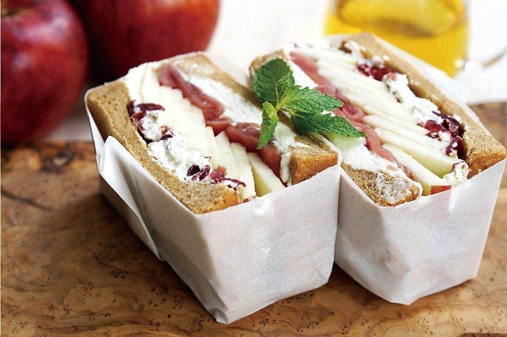 キング・ジョージ サンドイッチバー初のスイーツサンド、2種のリンゴにふわふわチーズ -