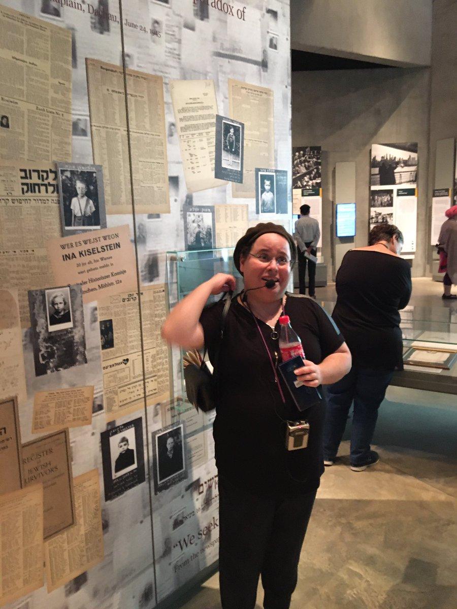 """På förintelsemuseet """"Yad Vashim"""" i Jerusalem arbetar Alice, en fantastik kvinna och guide. Hennes mormor var en överlevare från förintelsen i Rumänien."""