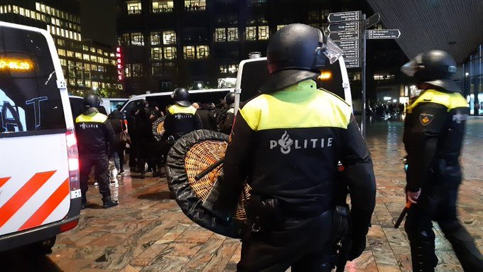 23 aanhoudingen bij ongeregeldheden in Rotterdam (update) https://t.co/RXpa10b7ay https://t.co/fWpzP4oN4X