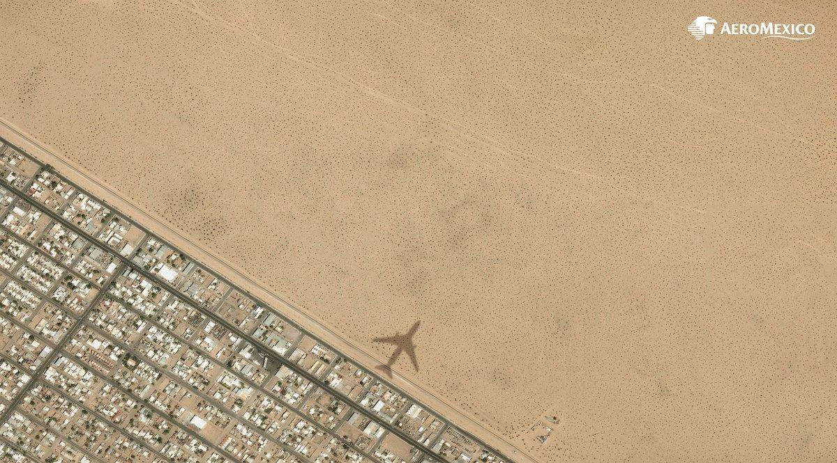 """メキシコ最大の航空会社「アエロメヒコ航空」によるシリーズ広告""""Borders (2016)""""。主要な3つのアメリカ=メキシコ国境付近の衛星写真を使用したもので、アエロメヒコ航空が国境を越えてメキシコと世界を結びつけていることを表現し、カンヌライオンズ2017ではOutdoor部門でゴールドを受賞しました。"""