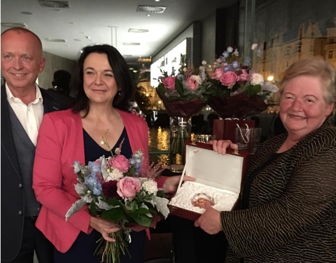 test Twitter Media - Advokátka a Právnička roku PRO BONO 2017 Alena Vlachová získala prestižní cenu Zlaté srdce @Nadace_NaseDite. Uděluje se osobnostem, jež ochraňují děti a jejich práva. Nedocenitelnou práci odvedla při oddlužování dětí z dětských domovů a na změně legislativy v této oblasti. 👏🌺👍 https://t.co/OS9Seu5OZ0