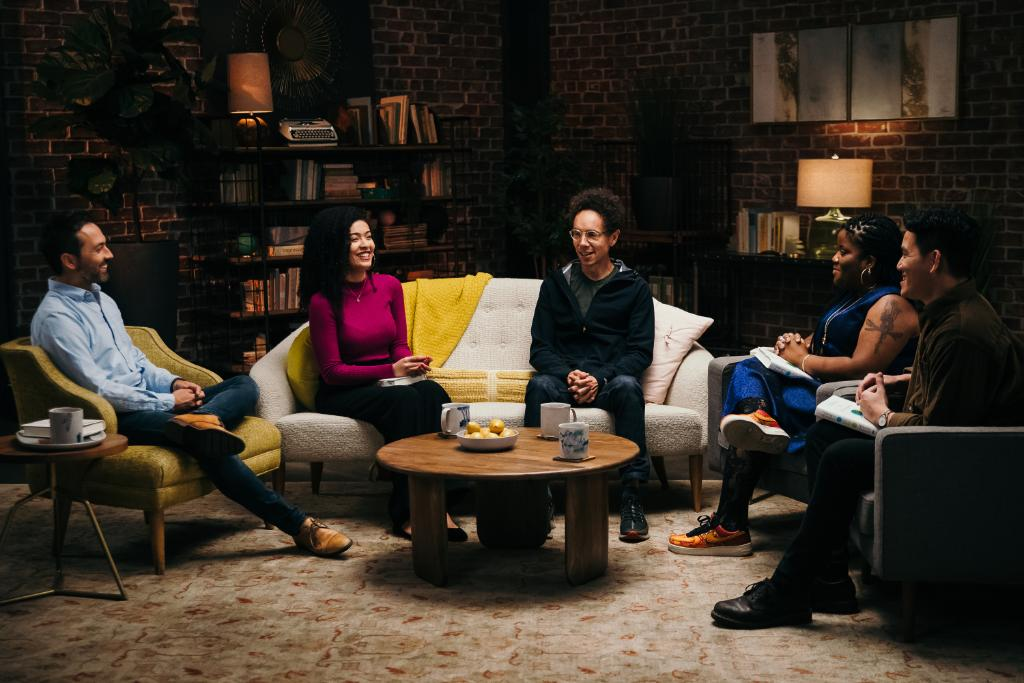 Attention all book lovers! Check out the newest episode of #BookTube  featuring NYT best-selling author @MalcolmGladwell  and #booktubers  discussing his latest work, Talking to Strangers →  http://bit.ly/BookTubeGladwell  …